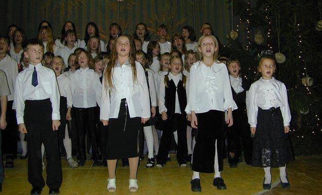Tenn lys: Skolekoret i Bene i Latvia.