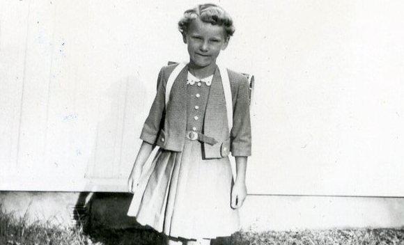 Første skoledag: Med permanent, sydamesydd kjole og ny ransel i 1959.