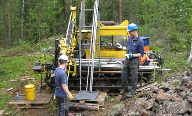 RIGG: Denne boreriggen tar ut steinprøvene som sendes til Canada for analyse.