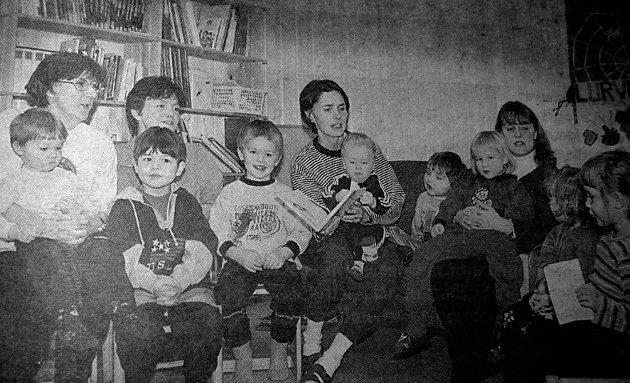 Etter 20 år med barnehagedrift på Sørvågen  og nesten like lenge i «midlertidige» lokaler kunne Sørvågen barnehage endelig  boltre seg på 270 splitter nye kvadratmeter. F. v. Lilly Olsen med Jørgen (2), Håkon (5) Marina Lorentzen,  Bjarne (5),  Monica Olsen,  Helge (1), Tobias (3), Maja (4),  Lisbeth Larsen, Martine Sol (2), Sara (4). Ungene kom fra Sørvågen, Å, Tind og Moskenes.