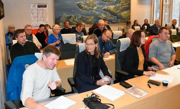 Konstituerende kommunestyremøte i Hemnes. Ny ordfører er Paul Magnor Asphaug fra Senterpartiet. Ny varaordfører er Christine Trones fra Høyre. Mette Varem fra Arbeiderpartiet fikk ikke nok stemmer til å bli ordfører.