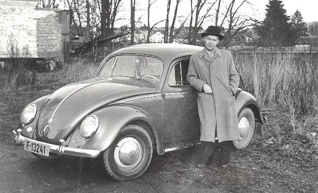 Stolt bileier med Volkswagen 1954-modell fotografert på Glatved samme år.