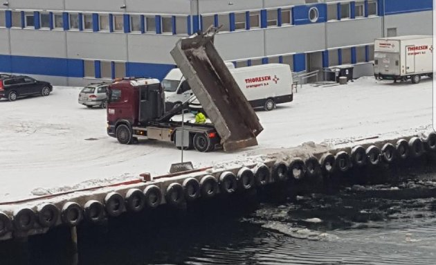 REAGERER: Dette bildet ble tatt i fjor, men Charmaine Spange reagerer på at Tønsberg kommune igjen tipper skitten snø i kanalen.