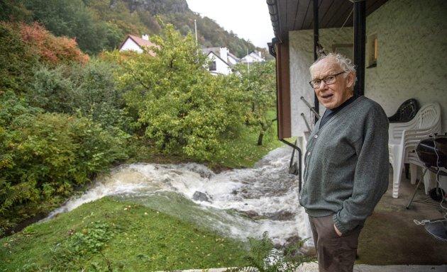 Store nedbørsmengder har skapt kaos. I Starefossveien ble Ole Irgens' (bildet) hus oversvømt av vann fra Starefossen. Ifølge fagfolk er det på tide å etablere nødvendige anlegg og avklare hvem som har ansvaret.