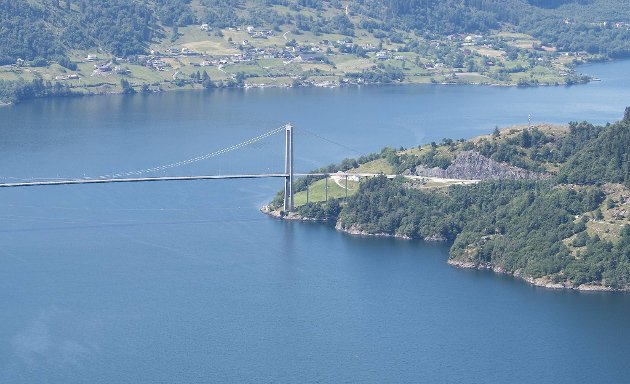 Osterøybroen ble åpnet i 1997, etter en godt temperert og langvarig lokaliseringsdebatt. Også den gangen var tilknytningen til Bergen et sentralt tema. FOTO: ARNE RISTESUND