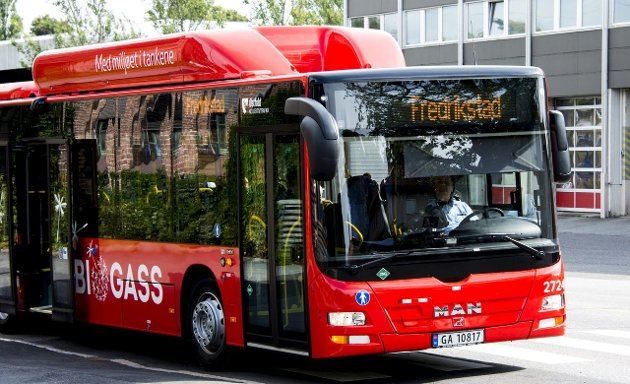 Må få ta opp kampen: Bussen må bli så bra at færre tar bil til sentrum. Arkivfoto: Erik Hagen