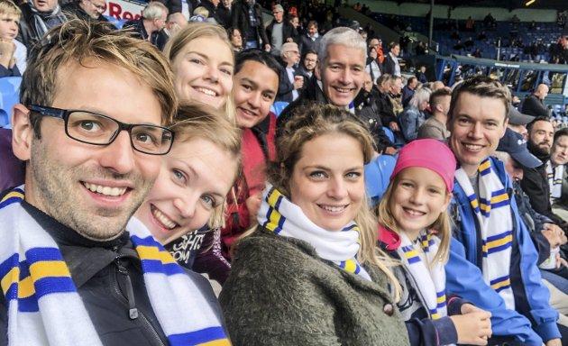 FAMILIETUR: Hele familien Mjølnerød drar hvert år på tur til Leeds. Her er hele gjengen samlet på fotballkamp på Elland Road. Jens Erik Mjølnerød har latt seg imponere av lederegenskapene til den nye Leeds-treneren Marcelo Bielsa.