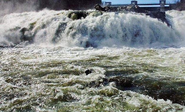 Det er ganske utrolig at vindmøller med alle sine problemer får passere med en generell passus om at miljøkonsekvenser skal utredes, mens vannkraft blir ilagt en rekke krav for å klassifiseres som fornybar og bærekraftig, skriver Tone Angell Jensen.