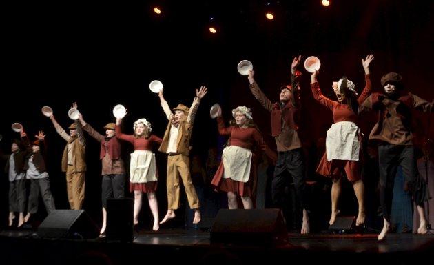 MAT, FRISTENDE MAT: Juniorgruppa Musicalia var i aksjon med utdrag fra musikalen Oliver.FOTO: Hans Olav Granheim