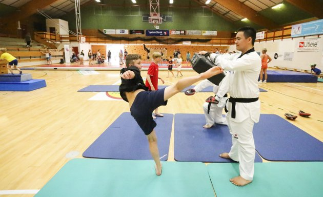 LUFTIGE SPARK: Tobias Flückiger prøvde seg på taekwondo hos Michael Bonkowski fra Mudo Oppegård. ALLE FOTO: STIG PERSSON