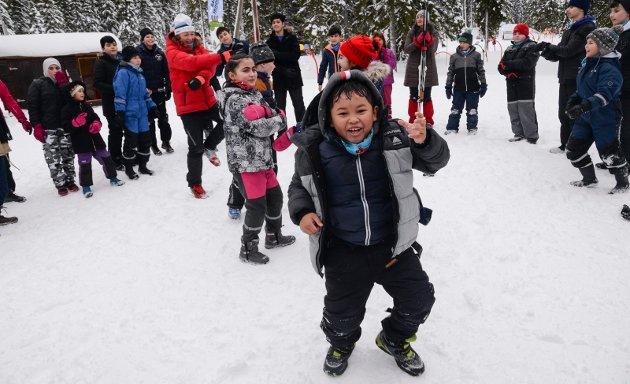 OG - det rykker i rockefoten... Barna storkoser seg med OL-floka over høyttaleranlegget på Ringkollen skistadion.