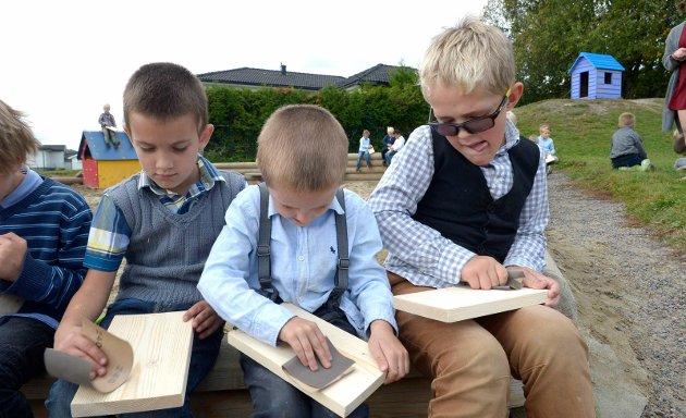 Sløyd ute: Gutteklassen pusset brødfjæl , fra venstre Andrej Arsic, Leo Coll og Julian Storaker Holtedahl.