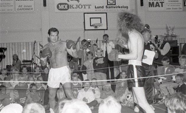 Anledningen var innvielsen av NorDan-hallen på Moi. Torkelsen var hyret inn som konferansier for et rikholdig show 2. september 1989. Men for mange i publikum ble høydepunktet da den noe spinkle storrøykeren fra Stavanger gikk i ringen med landets inntil da mest kjente bokser.