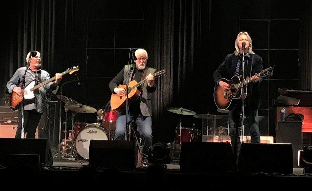 GAMLEKARA: Jubelen sto i taket i Fjellhallen da de pensjonerte bandmedlemmene Arne Henry Sandum (f.v.) og Arne Moslåtten ble med Aslag Haugen og resten av Hellbillies igjen.