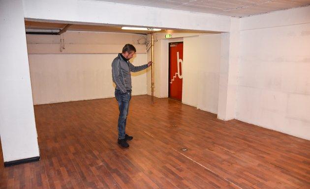 VANN TIL BAREN: Stig Nilssen konstaterer at baren er borte. Men ikke vanntilførselen.