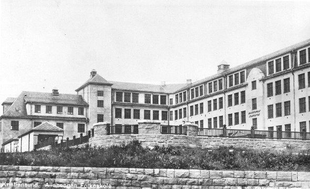Dette bildet av Allanengen skole i Kristiansund ble i 1920 sendt som julekort fra en person i Kristiansund til en dame i Trondheim. Bildet kan være tatt kort tid i forveien, for så sent som høsten 1917 søkte kommunen om dispensasjon for å få satt opp et så stort bygg. Det har en grunnflate på 1.328.