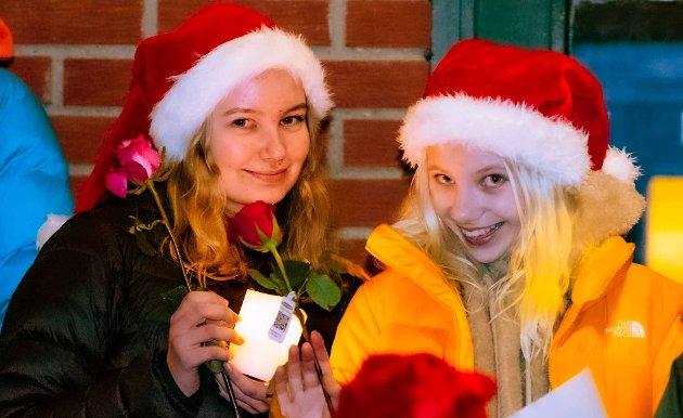 Lillian Romsdal (14) (t.v.) og Frida Haaland (14) er med i sin aller første utendørs julekonsert. Begge har de gått alle sine ni år på Steinserskolen på Holstad.