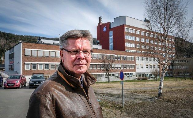 Jan Erik Furunes, tidligere direktør ved Helgelandssykehuset.  Her foran Rana sykehus.