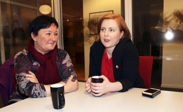 UFRIVILLIG DELTID I OMSORGSSEKTOREN: Anita Jensen (t.v.), leder i Vefsn SV, påpeker at det ligger en ikke ubetydelig arbeidskraftreserve i våre deltidsansatte sykepleiere og helsefagarbeidere. På bildet er hun sammen med Åshild Pettersen, lokalpolitiker og kvinnepolitisk leder i partiet. Foto: Stine Skipnes