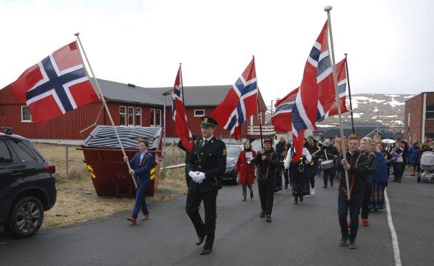 UNGE FLAGGBÆRERE: Politibetjent Harald Myklebust gikk fremst i toget sammen med flaggbærerne Lars Olaussen (t.v.) og Jonas Leinan.