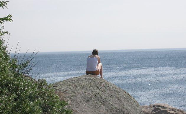 Når det er sol, og sommer og alle er ute blir det ekstra  synlig om man ikke har så mange rundt seg, skriver Solveig Heier Johannesen, Prosjektmedarbeider Kirkens SOS Borg.