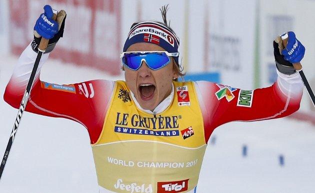 FORSVARTE GULLET: Maiken Caspersen Falla kunne juble etter å ha tatt et nytt VM-gull i sprint i Seefeld. FOTO: NTB SCANPIX