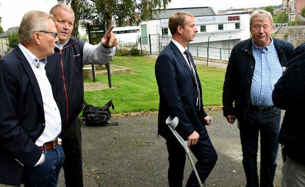 Valgkamp i Sarpsborg, olje og energiminister Terje Søviknes besøker Hafslund krafstasjon, her sammen med Stein Erik Westlie og Nils Inge Lundheim fra Hafslund  til høyre.