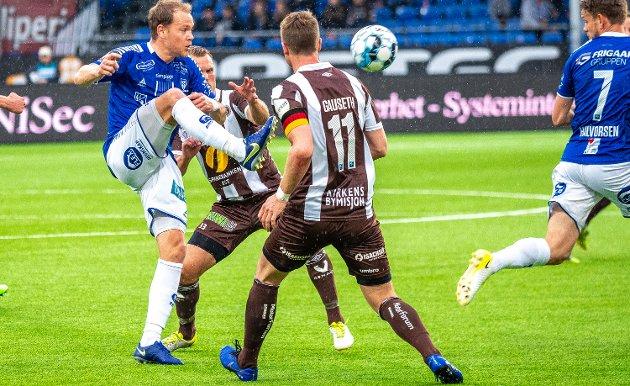 Matti Lund Nielsen har vært en viktig spiller sentralt på midtbanen i Sarpsborg 08 i flere sesonger. I Terje Bergs øyne er han en spiller som er med på definere betydningen av ordet katalysator. Her er han i spill mot Mjøndalen tidligere i sesongen. (Foto: Thomas Andersen)