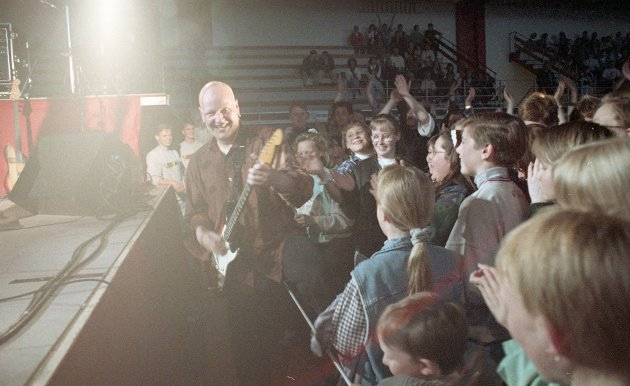 Det var full trøkk i Idrettshallen da Dance With A Stranger holdt konsert i april 1994.