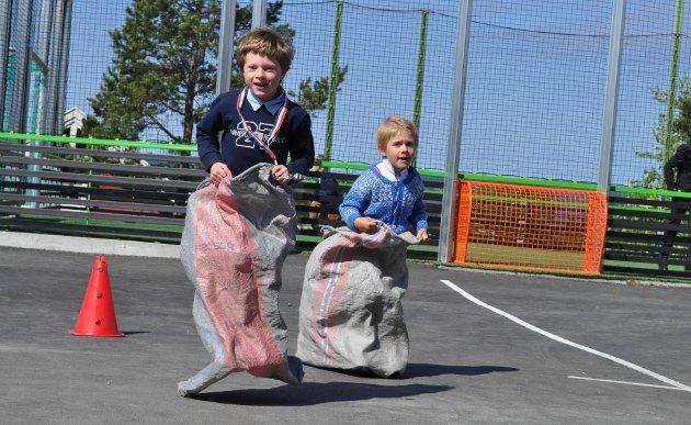 FREDHEIM: Oleander Solberg (6) og Jakob Hemstad (5) i sekkeløp.