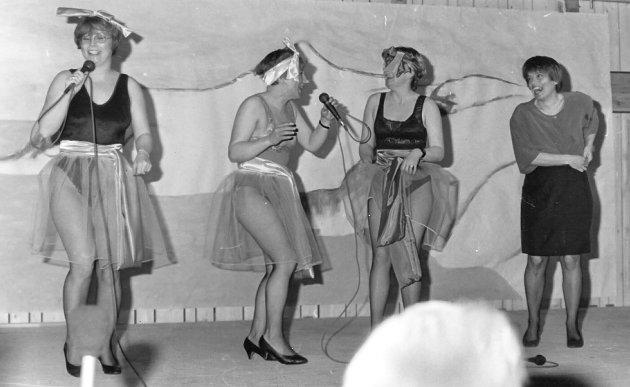 ARTHUR-REVYEN 1993: Dette bildet er fra den en forestilling i 1993 som Austertana Revylag Til Helse, Underholdning og Rekrasjon satte opp. Fra venstre Tove B. Utsi, Else Utsi, Laila Fredriksen og Kirsten Sirma Eriksen.