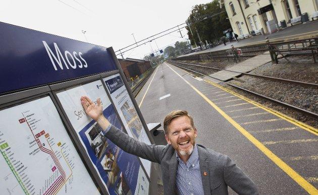 JERNBANEPLANER:  Jeg føler meg trygg på at nye Moss stasjon står klar som planlagt i 2024, skriver Tage Pettersen. Her er han på dagens stasjonsområde.
