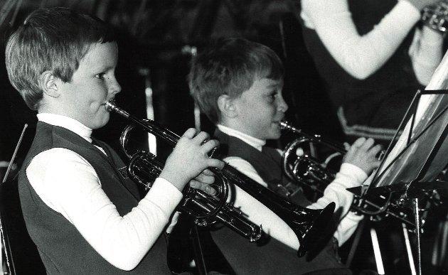 Aspiranter i Mossekråkenes skolekorps. Aspirantorkesteret sin første fremføring i 1989. Gutten til venstre heter Bredal.