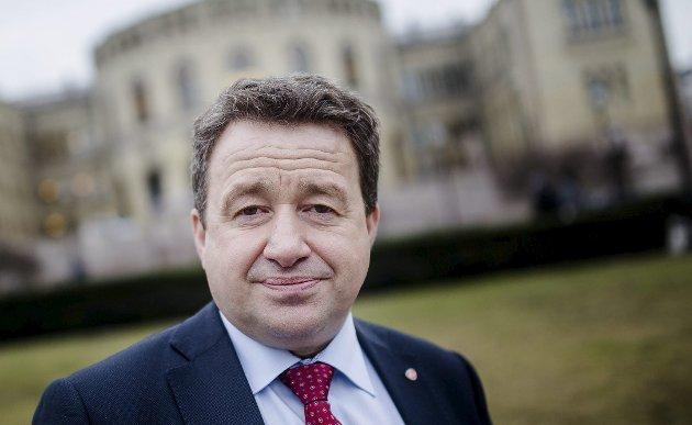 Kjell-Idar Juvik  utfordret samferdselsministeren i spørretimen onsdag om E6 Helgeland. Foto: Eskil Wie