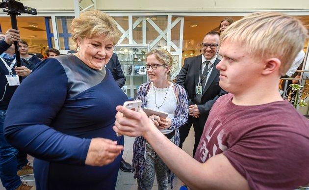 Statsminister Erna Solberg på besøk ved Polarsirkelen videregående skole og Celsa valseverket.