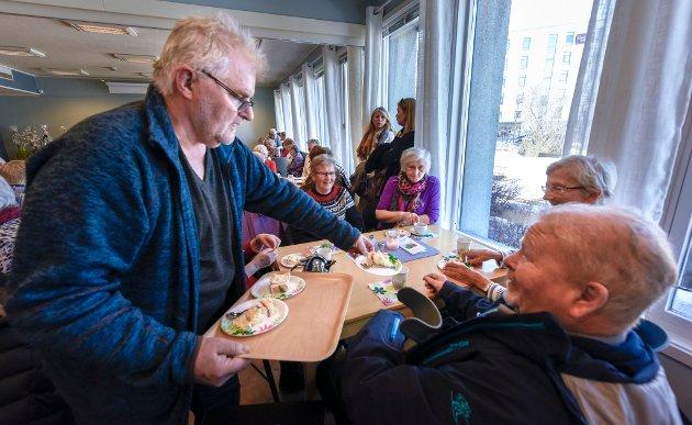 Stein Hovind serverte kaffe og kaker til de fremmøtte da Mo aktivitetshus ble åpnet av varaordfører Linda Eide. Styrer ved Mo Bo og Servicesenter, Hege Mørk var fornøyd med fullt hus til kaffe, kaker og underholdning.