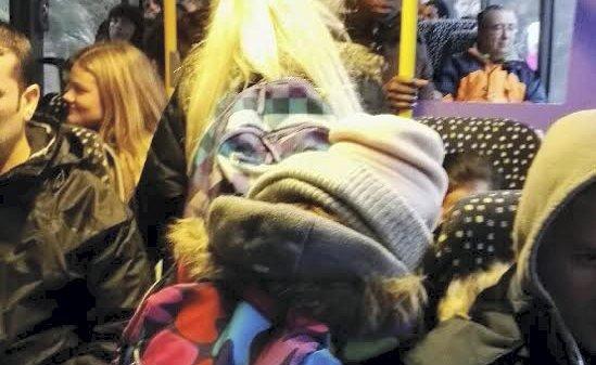 VANLIG SYN: Det er svært ofte fullt på skolebussen mellom Sætre og Storsand, og små barn må stå og klare seg fast i midtgangen.