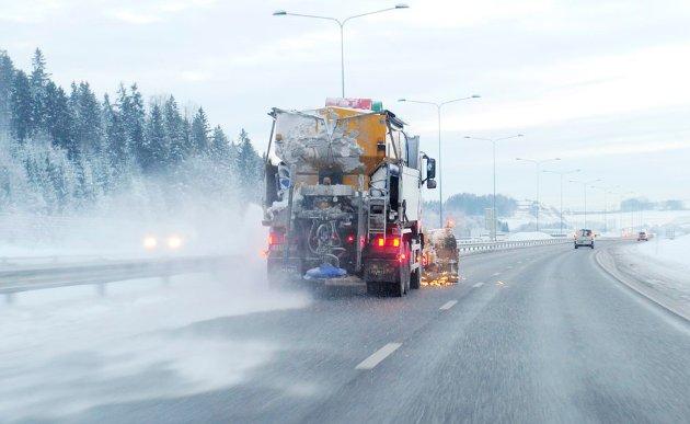 ADVARER: Fra veiene renner saltet ut naturen. Forskerne kan registrere det opptil to kilometer unna, skriver Erik Tunstad.