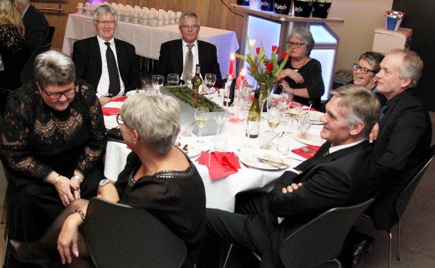 Bjlørges elgjaktkamerater med sine respektive var gjester på 70-årsfeiringen til Bjørge Stensbøl i Holmenkollen.  Foto: Rolf Nordberg
