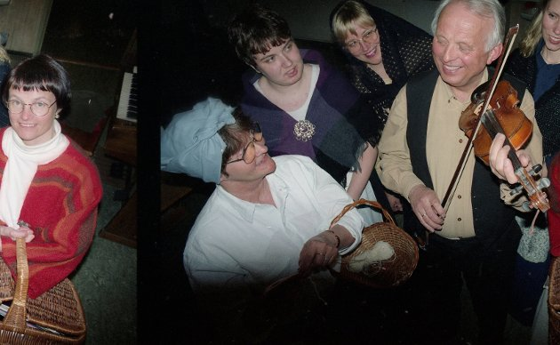 SAVNER KULTUREN: Per Vatn savner en beskrivelse av Inderøys rike kulturliv i den nye bygdeboka. Her som Per Spelmann (Per Vatn) med noen av tuppene i  Sakshaug Blandakor i 1995 fra forestillingen «Dyrebart koreventyr». Fra venstre: Julianne Lyng stad, Hanne E. Kvistad, Grete Brosveet Rønning, Siri Sagvold og Elisabeth Boye Okkenhaug.