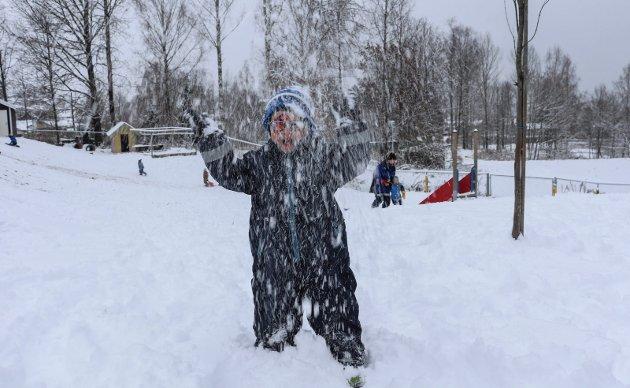SNØ OVERALT: Knutseskogen barnehage koste seg i snøen mandag.