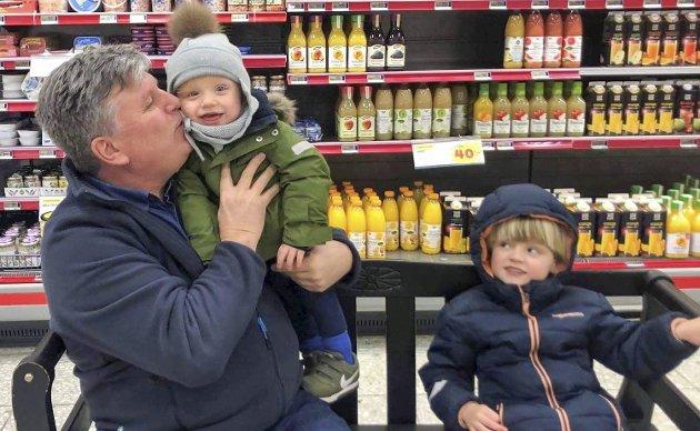 - Det er sikkert ikke bare meg som savner barnebarna sine. I dag er det fire måneder siden jeg så dem sist. Det kan kanskje bli et helt år til jeg ser dem neste gang, skriver journalist Per Eckholdt.