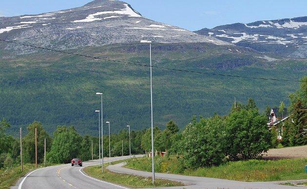 En person som bodde i omsorgsbolig her på Aspelund og var avhengig av minicrosser for å komme seg til Finnsnes, ikke kunne bruke gang- og sykkelveien da den var lite framkommelig. Han følte seg nødt til å ta i bruk hovedveien, noe han mente var livsfarlig da fartsgrensen der er minimum 80 km. Er det virkelig slik det skal være i dag? Spør Gunnar Fjellstad Aspelund.