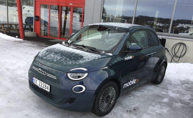 NÅR ELBIL BLIR EN LEK: Italienerne har lagd sin første elbil. Det er tredje generasjon av «gjenoppståtte» Fiat 500. Nå har de første eksemplarene ankommet Gjøvik.FOTO: ØYVIN SØRAA