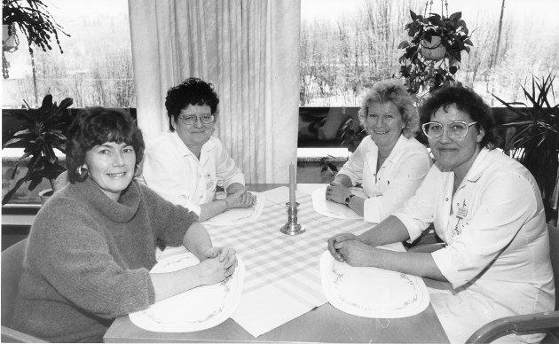 Pleiere ved Selfors sykehjem november 1991. Fra venstre bestyrer Aase Futsæther, hjelpepleier Assrun Nordnes, hjelpelpeier Johanne Johansen og tillitsvalgt for sykepleierne Brit Eriksen.