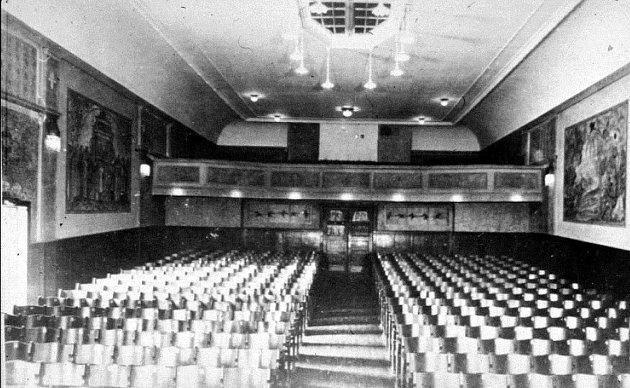 Bildet viser det kommunale Verdensteatret 1921. I 1921 hadde Verdensteateret fortsatt fast ansatte både på fiolin og piano. I 1930 ble de sagt opp da lydfilmen for alvor tok over. (Sarpsborg kommunes fotosamling).