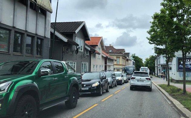 KØ: Selv utenom rushtidene danner det seg lange køer av både biler og busser i Tønsberg sentrum denne sommeren. Med en ny fastlandsforbindelse lenger vest, kunne to av filene på Kanalbroen forbeholdes kollektivtrafikk og slippe bussene raskere igjennom, påpeker forfatteren.