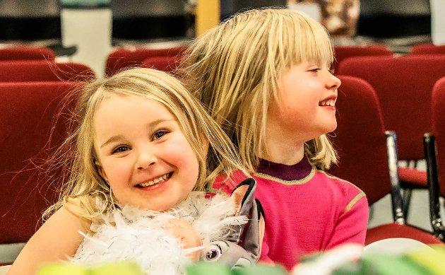"""TEATER: """"Bygda som glemte at det var jul"""". Historien om bygda som glemte at det var jul er opprinnelig skrevet av Alf Prøysen. Iscenesettelsen som ble fremført i kinovestibylen i Ås kulturhus sist lørdag av Per Magnus Barlaug og Morten Andaberg engasjerte et ungt og tallrikt publikum. Barna lot seg rive med i fortellingen, og sørget for at de to skuespillerne på ingen måte glemte at det var juletid. Og jul ble det! På bildet koser  Anine Moore Evensen og Malin Slørstad seg stort."""