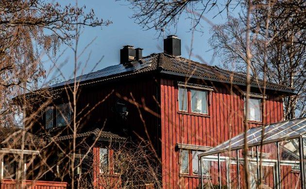 Familien Martinsen i Holtveien 8 i Kroer har ni solcellepaneler på taket mot vest. Det blir totalt femten solcellepaneler fordelt på taket mot vest og syd, som tilsammen på årsbasis vil produsere 4000 kwh med strøm.