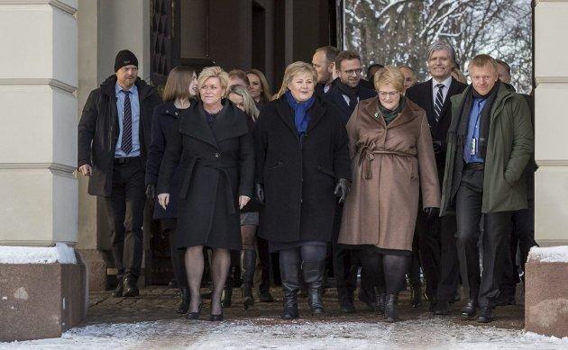 BLÅGRØNT: Erna v 2.0 på veg ut på Slottsplassen. FOTO: Hans Kristian Thorbjørnsen
